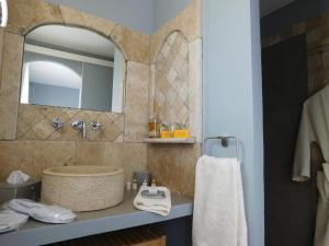 A bathroom at La Chambre d'Hote du Partégal