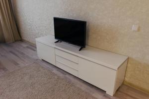 Телевизор и/или развлекательный центр в 2 микрорайон дом 3 1
