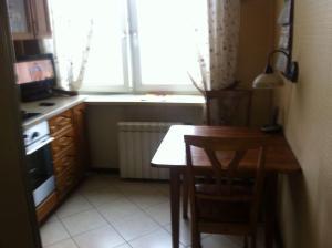 Кухня или мини-кухня в Apartment on Leninskiy Prospekt 41