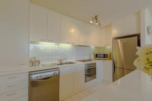 A kitchen or kitchenette at Lights Landing Penthouse
