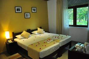 A bed or beds in a room at The Lakeside at Nuwarawewa