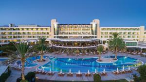 Вид на бассейн в Constantinou Bros Athena Beach Hotel или окрестностях