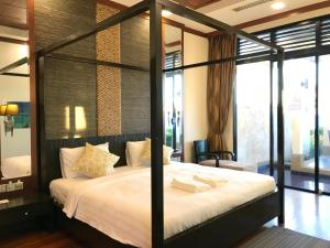 A bed or beds in a room at Sunset Seaview Beach Villas & Spa Suites @ Nexus Karambunai