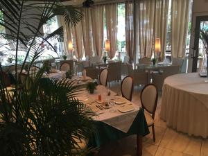 A restaurant or other place to eat at Villa das Mangas Garden Hotel