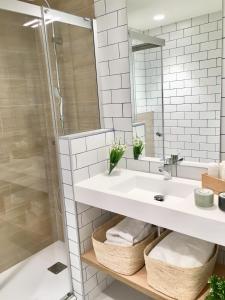 A bathroom at Inside Bilbao Apartments