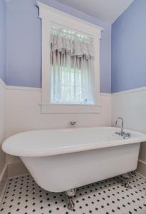 A bathroom at Daisy Hill Bed and Breakfast