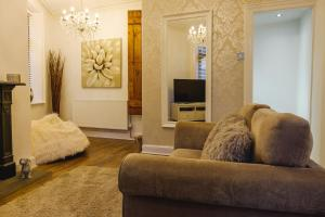 A seating area at St John's Cottage – Simple2let Serviced Apartments