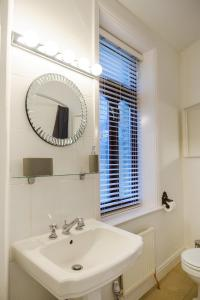 A bathroom at St John's Cottage – Simple2let Serviced Apartments