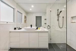 A bathroom at Koonya Beach Escape
