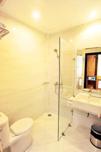 A bathroom at Kautaman Hotel