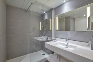 A bathroom at Mercure Paris Roissy CDG