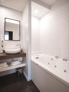 Salle de bains dans l'établissement Hôtel Métropole centre ville
