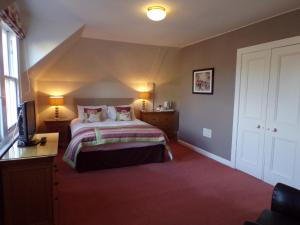 A bed or beds in a room at Shaftesbury Hotel Dundee