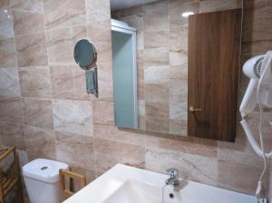 A bathroom at Hotel La Huella Del Camino