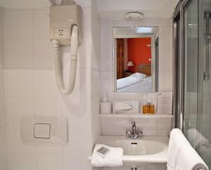 A bathroom at Tonic Hôtel du Louvre