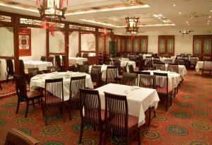 A restaurant or other place to eat at Red Lion Inn and Suites Victoria