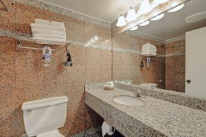 A bathroom at Red Lion Inn and Suites Victoria
