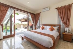 A bed or beds in a room at Villa Lidwina by Nagisa Bali