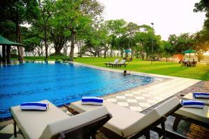 The swimming pool at or near Hotel Sudu Araliya