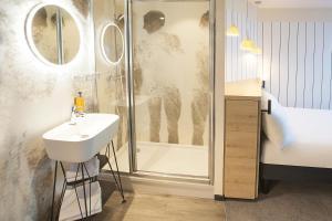 Salle de bains dans l'établissement ibis Styles Paris 16 Boulogne