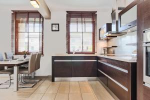 Kuchnia lub aneks kuchenny w obiekcie Sopockie Apartamenty - Aurora