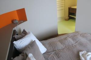 A bed or beds in a room at Coqcooning
