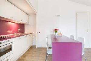 A kitchen or kitchenette at Charming Apartment Brera