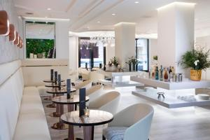 The lounge or bar area at Hôtel Dress Code & Spa