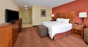 A bed or beds in a room at Hampton Inn Ottumwa