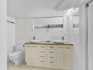 A bathroom at Camden Motor Inn