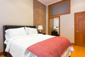 A bed or beds in a room at Halsey Luxury Apartment