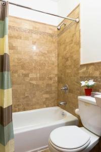 A bathroom at Halsey Luxury Apartment