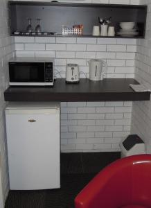 A kitchen or kitchenette at Jackaroo Apartments