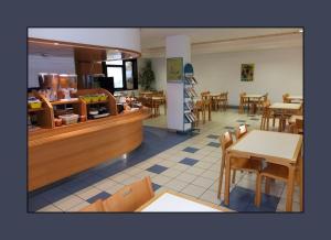 A restaurant or other place to eat at Hôtel Villenouvelle