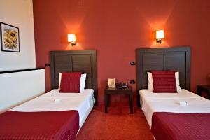 Un pat sau paturi într-o cameră la Hotel Aurelia