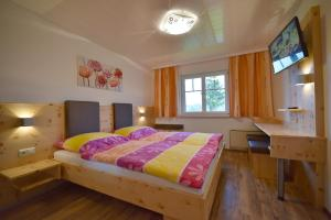 Ein Bett oder Betten in einem Zimmer der Unterkunft Gasthaus Schöberingerhof