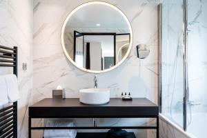 A bathroom at Laz' Hotel Spa Urbain Paris