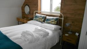 A bed or beds in a room at Breakish Escape