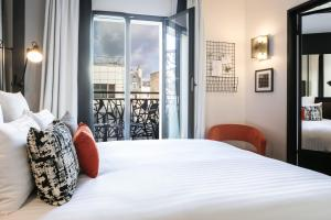 A bed or beds in a room at Laz' Hotel Spa Urbain Paris