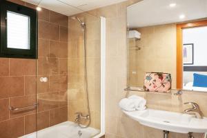 A bathroom at Hotel Pocillos Playa