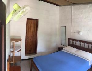 A bed or beds in a room at Hostal El Paisano