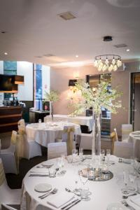 A restaurant or other place to eat at Eltham Gateway Hotel & Conference Centre