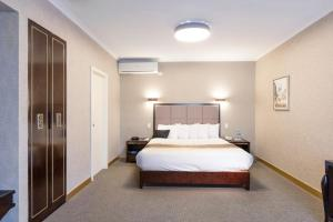A bed or beds in a room at Eltham Gateway Hotel & Conference Centre