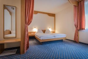 A bed or beds in a room at Hotel Kern Buam