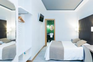 A bed or beds in a room at Hostal Oriente
