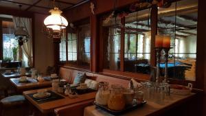 Een restaurant of ander eetgelegenheid bij Gasthof zum Hirschen
