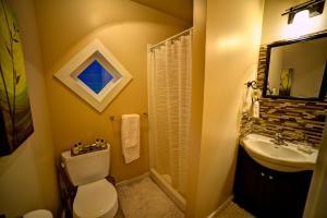A bathroom at Shawnigan Suite B & B