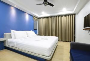 A bed or beds in a room at Good Dream Hotel (Khun Ying House)
