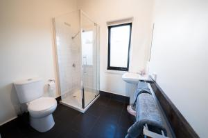 A bathroom at Sawyers Bay Shacks
