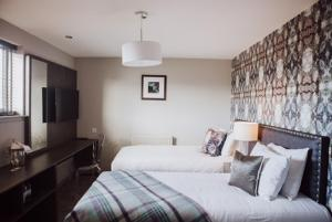 A bed or beds in a room at Richmond Park Hotel